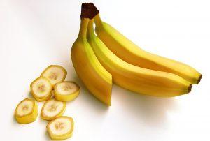 Obst, wie Bananen, Gemüse und Milch