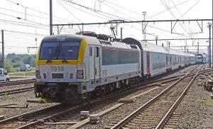 Lock mit Zugwagons und umgebenden Schienennetz